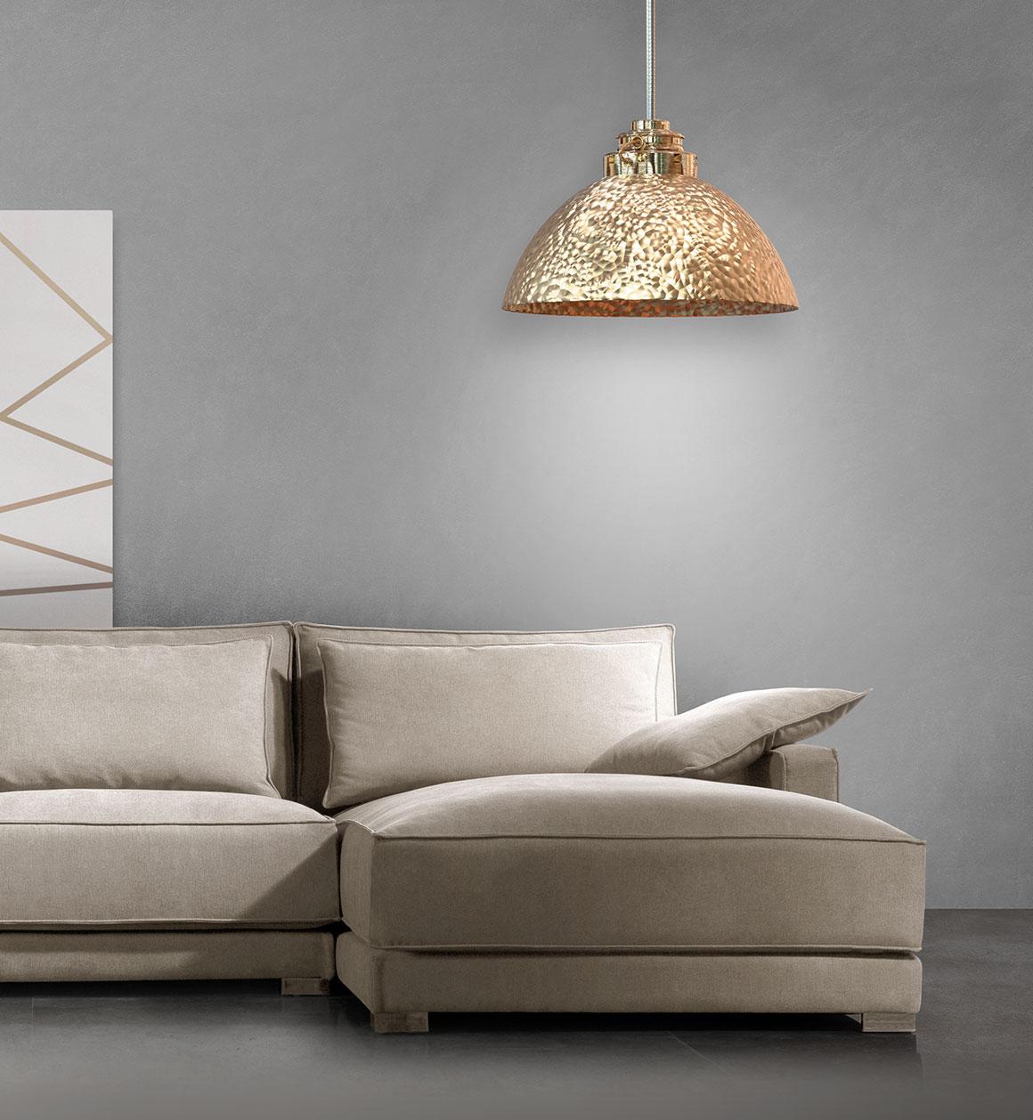 Misma imagen que la anterior. Cogiendo el detalle de la parte del chaiselonge que tiene la lámpara en la parte superior iluminando el asiento y el cojín