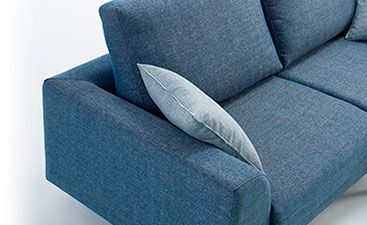Detalle del brazo y parte del asiento con cojín. Brazo y respaldo de estructura geométrica.