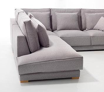 Detalle lateral del sofá a fondo perdido. Podemos ver el acolchado máximo del lateral y la resistencia del respaldo.
