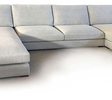 Vista parcial del sofá modular Zach en el que vemos en el centro dos de sus asientos y en el lateral izquierdo parte del chaise longe.