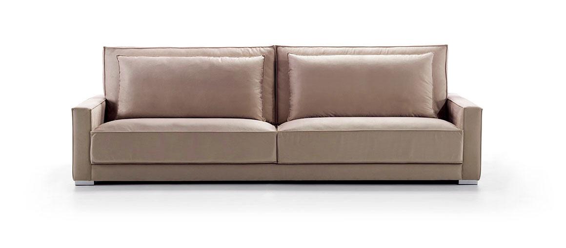 Vista frontal del modelo a fondo perdido. Sofá tapizado en microfibra de color marrón con brazos de mínima anchura y sin cojines. Patas rectangulares de metal sin lacado.